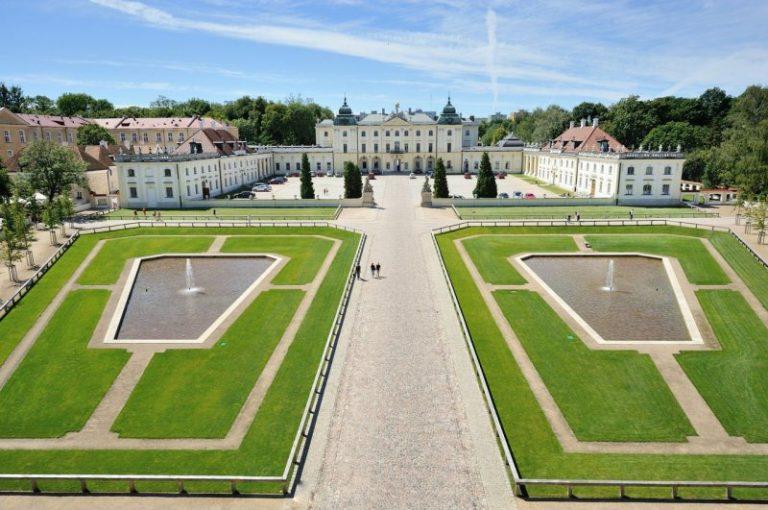 Pałac Branickich - główna siedziba Uniwersytetu Medycznego w Białymstoku: widok od strony bramy głównej na dziedziniec wjazdowy z fontannami oraz dziedziniec paradny