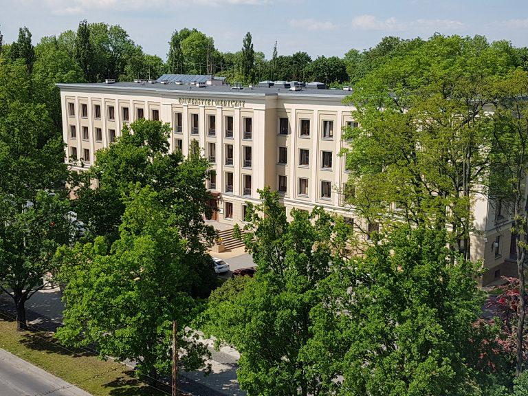 Budynek Collegium Novum, w którym mieści się Rektorat Uniwersytetu Medycznego w Lublinie, ujęcie z góry budynku otoczonego drzewami